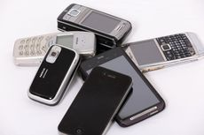 Pile of old mobile phones © Planet Ark
